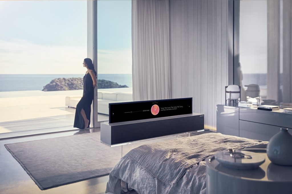 LG Signature OLED TV R навиваем телевизор