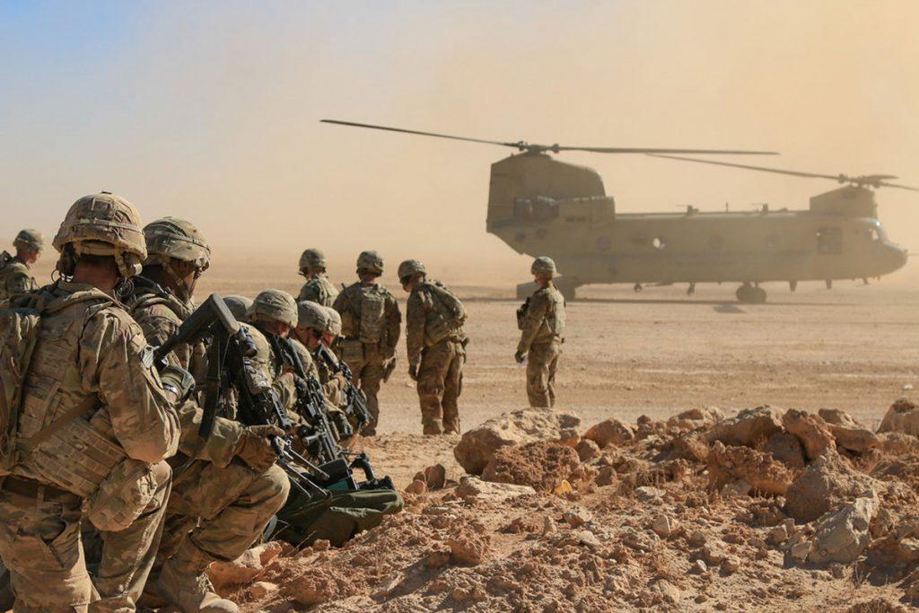 Американски войници и CH-46 Chinook