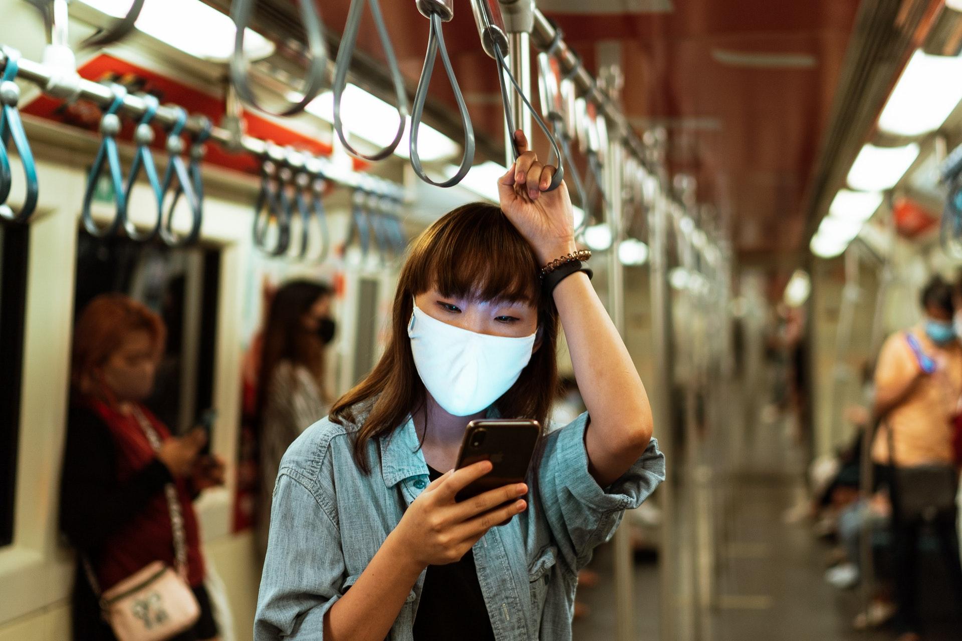 smartphone-mask-subway