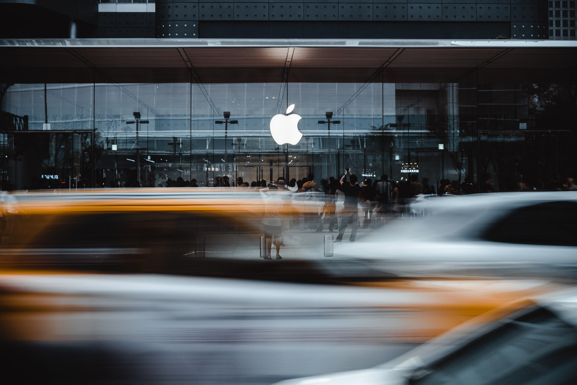 apple-store-car-blur