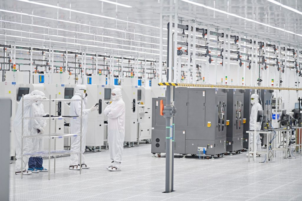 Apple-US-job-creation-Finisar-workers-in-lab